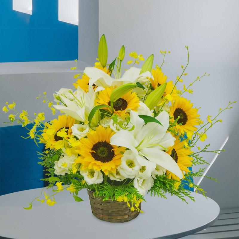 ひまわりとゆりと季節のお花のアレンジメント